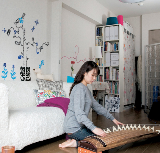 Căn hộ được thiết kế với các cửa lớn được mở rộng để đón nhận ánh sáng tự nhiên. Tại phòng khách, phía trước ghế sofa màu trắng êm ái là chiếc bàn cafe bằng gỗ mộc mạc, tương đồng với sàn nhà, tạo cho căn hộ nhỏ sự ấm áp, thân thiện.