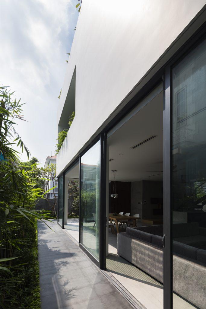 Thay vì bức tường gạch bí bách, chủ ngôi nhà này lựa chọn cửa kính trượt bố trí không gian xung quanh tầng 1 giúp tầm nhìn từ trong nhà trở nên thông thoáng.
