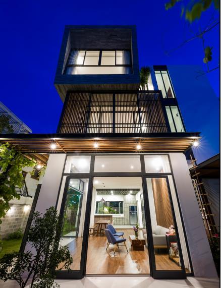 Không gian tầng 1 được thiết kế hoàn toàn mở với phòng khách, bếp, khu vực ăn uống, nhà và một góc làm việc tuyệt đẹp cạnh khu vườn.