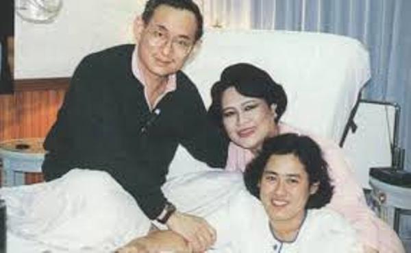 Công chúa Sirindhorn chụp cùng cha mẹ là Quốc vương Bhumibol Adulyadej và Hoàng hậu Sirikit.