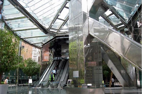 Diện tích mặt sàn của tòa nhà 130,032 m2 với tổng diện tích hơn 1,4 triệu m2, tòa nhà được xây dựng 73 tầng. Được sử dụng tổ hợp vào nhiều mục đích khác nhau như văn phòng, khu tổ chức sự kiện, phong cách kiến trúc hiện đại, khu bán lẻ, khu đỗ xe,...