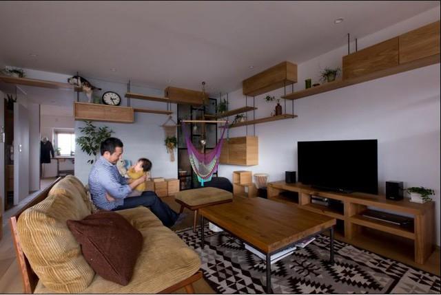 Không gian phòng khách ưu ái sử dụng toàn bộ nội thất gỗ. Bộ bàn ghế gỗ màu nâu trầm, kệ ti vi bằng gỗ với nhiều ngăn thoải mái nhu cầu trữ đồ cho chủ nhà.