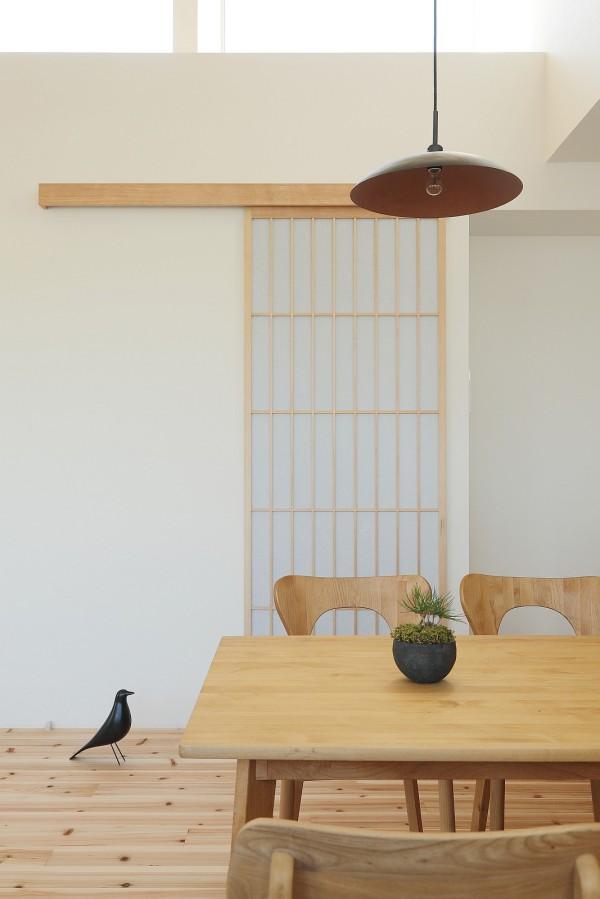 Ngôi nhà có đầy đủ các phòng chức năng: Phòng khách, bếp, phòng ngủ, nhà tắm, nhà vệ sinh. Tất cả được bố trí hợp lý và rất thuận tiện cho chủ nhà.
