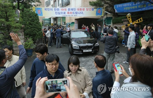 Xe chở vợ chồng tổng thống Hàn Quốc rời nhà cũ hôm 13-5. Ảnh: Yohhap