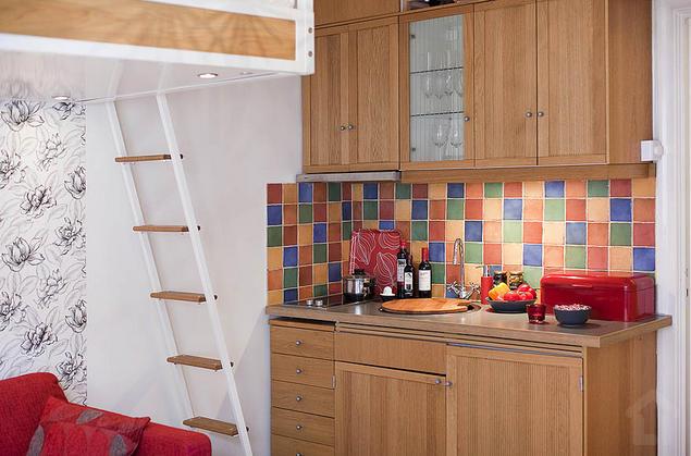 Góc nấu nướng không chiếm nhiều diện tích và được khéo léo bố trí ở một phần của góc tường. Nơi đây được bố trí gọn gàng, ngăn nắp với hệ thống tủ, kệ gỗ sáng màu.