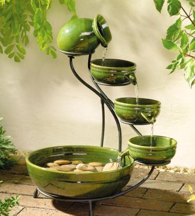 Nếu diện tích vườn nhà bạn eo hẹp thì những chiếc bình, cái bát được đặt theo thứ tự vào sườn inox thêm những hòn đá cuội nhỏ cũng giúp nhà bạn có một đài phun nước ngoài trời tuyệt đẹp.