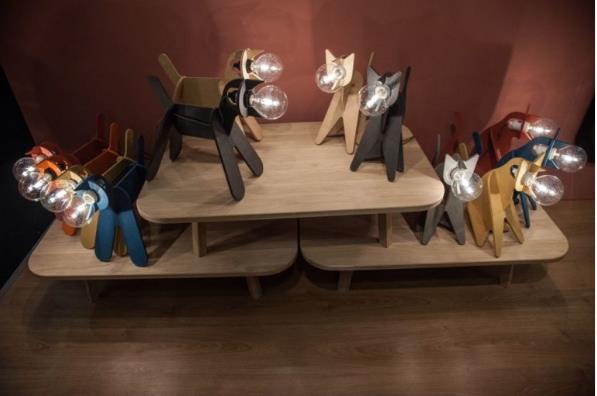 Khó ai có thể cưỡng nổi sự cuốn hút từ những chiếc đèn có hình những chú mèo gỗ nhiều màu sắc này.