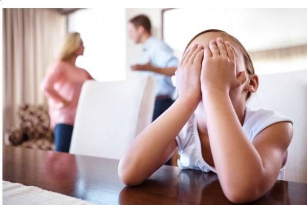 Dù vô tình hay cố ý, việc so sánh con cùng người ngoài cũng là điều làm tổn thương đến thể diện và sự tự tin của các bé. (Ảnh minh họa).