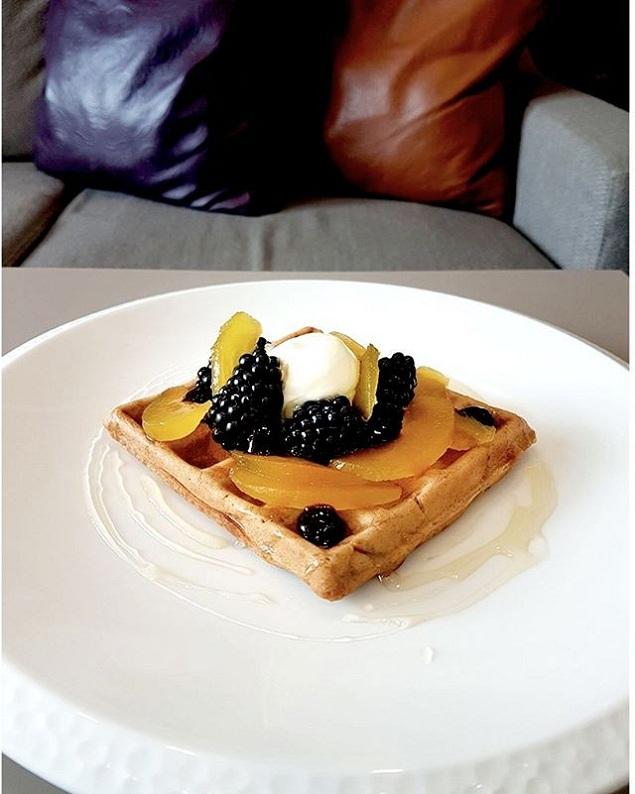 Bánh waffle với trứng cá muối.