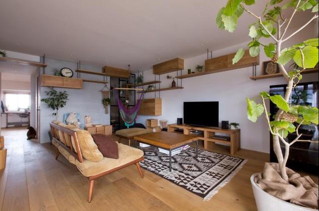 Với cách sử dụng hầu hết với nội thất, vật dụng bằng gỗ, căn phòng vẫn đẹp và rộng nhờ cách kết hợp màu trắng cho tường và thêm điểm nhấn xinh xắn từ những chậu cây.