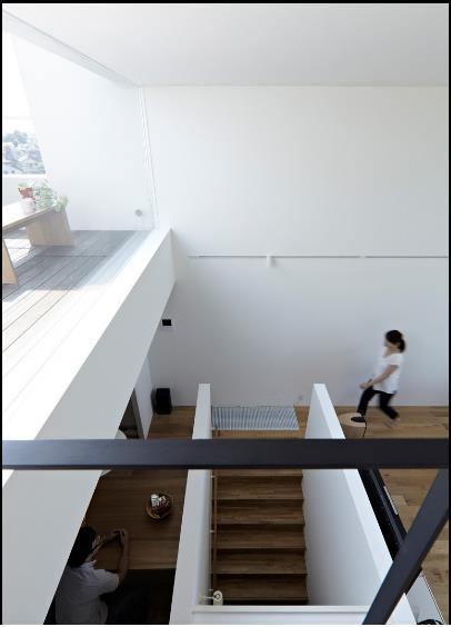 Theo cầu thang nhỏ lên tầng 2 là phòng khách, bếp và khu vực ăn uống. Một không gian thoáng sáng và trạn ngập ánh sáng tự nhiên.