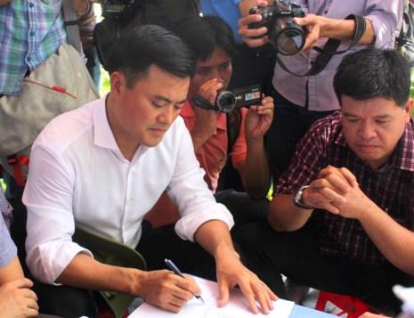 Ông Bùi Xuân Cường, Giám đốc Sở Giao thông Vận tải TP.HCM báo cáo nguyên nhân và giải pháp khắc phục sạt lở tại khu vực trên.