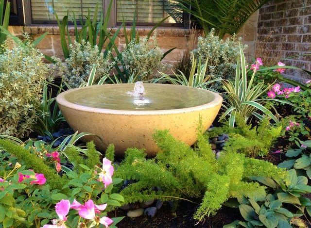 Khu vườn nhỏ sẽ trở nên vô cùng lạ mắt với kiểu đài phun nước như một chiếc bát tô lớn này.