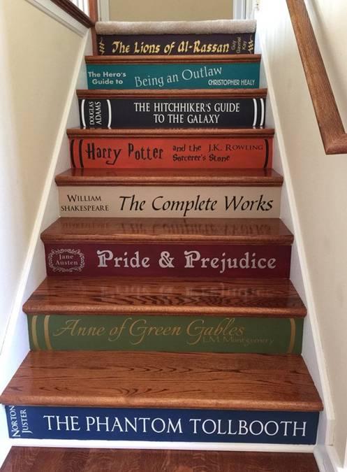 Một nhữngh để trang trí cầu thang dễ làm là biến mỗi bậc thang thành đề can từ cuốn sách yêu thích của khách mua.