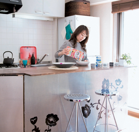 Góc bếp nhỏ thoáng sáng cạnh cửa sổ được thiết như một quầy bar mini vô cùng thuận tiện.