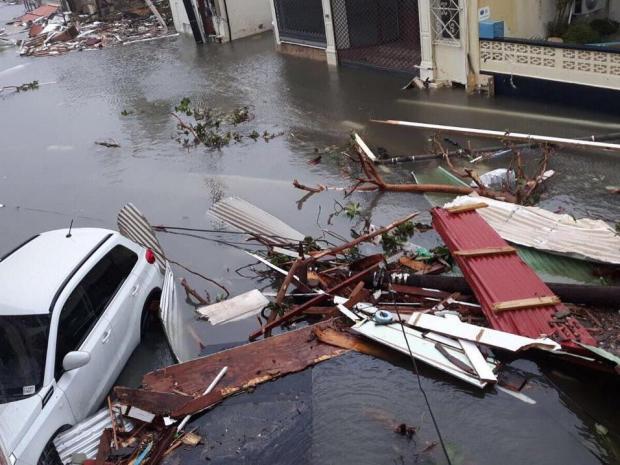 Khung cảnh tàn phá, ngập lụt đường phố ở đảo St Martin khi Irma ghé qua. Ảnh: Independent