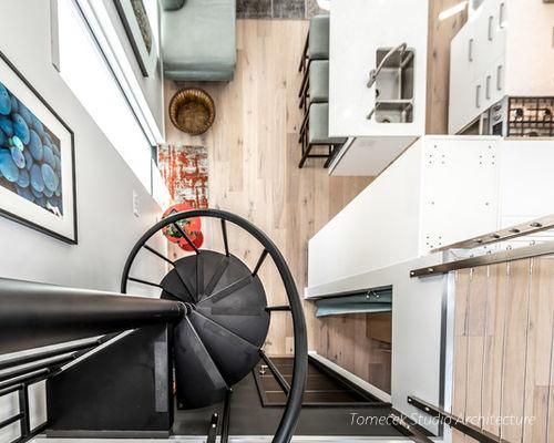 Một cầu tháng xoắn bằng sắt là lối duy nhất dẫn lên gác xép. Với diện tích hạn chế thì việc sử dụng loại cầu thang này là lựa chọn thông minh của chủ nhà.