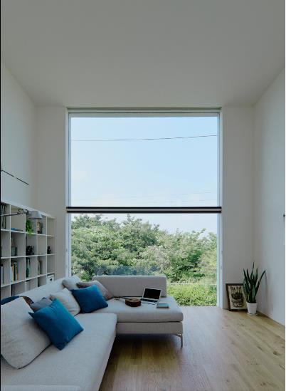 Không gian phòng khách có view tuyệt đẹp! Tấm cửa kính lớn cao sát trần giúp xóa tan mọi khoảng cách giữa con người và thiên nhiên bên ngoài ngôi nhà.