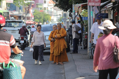 Người đi bộ dưới lòng đường trên đường Nguyễn Trãi, phường Nguyễn Cư Trinh.