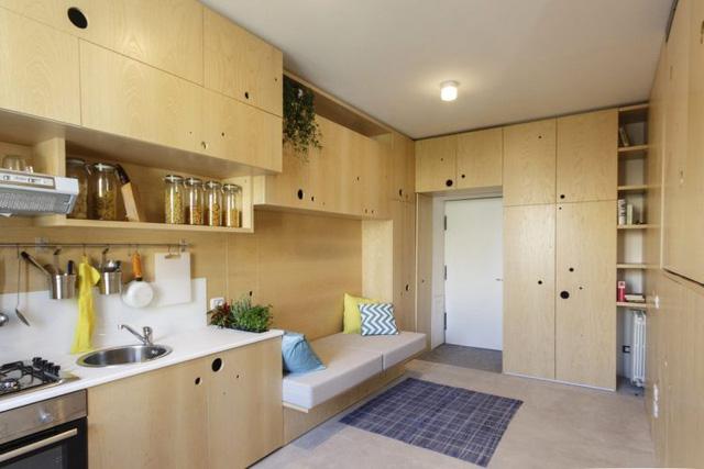 Còn đây là căn hộ diện tích 34m2. Nó không quá màu mè, không quá sang trọng nhưng ngược lại rất thoáng sáng, tiện dụng và ấm cúng với hệ thống kệ, tủ gỗ thông minh.