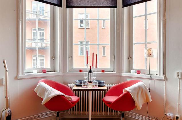 Chiếc bàn ăn nhỏ cho 2 người được ưu tiên dành một góc đẹp nhất, thoáng sáng nhất trong căn hộ.