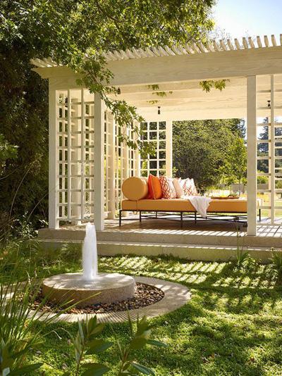 Sẽ thật là lý tưởng khi được đắm mình trong giấc ngủ giữa vườn nhà bên cạnh đài phun nước nhỏ này.