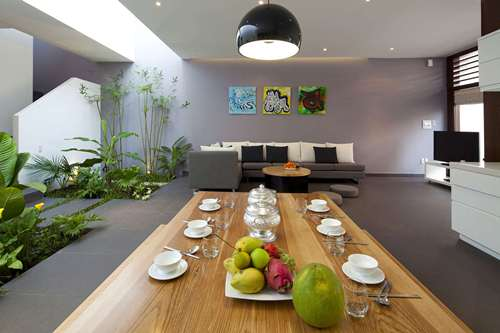 Không gian bếp và phòng khách được thiết kế liên thông vừa tạo sự thoáng đãng, không bị ngăn cách bởi các bức tường thô cứng, mà còn giúp mọi người tương tác với nhau dễ dàng hơn.