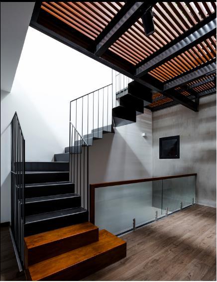 Cầu thang kết hợp cả gỗ và sắt dẫn lên tầng 3.