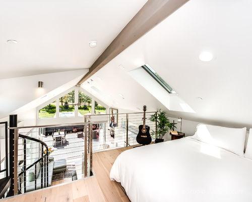 Không gian nghỉ ngơi tuyệt đẹp! Một chiếc cửa sổ kính lớn mở ra ngay trên mái nhà không chỉ mang ánh sáng mà còn giúp chủ nhà có thể ngắm cả bầu trời sao vào buổi tối ngay phòng ngủ của mình.