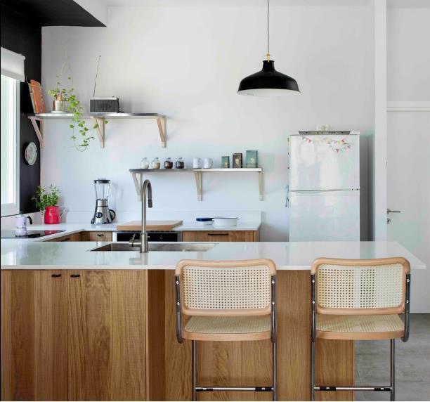 Khu bếp này trước kia là 1 phòng hoàn toàn riêng biệt và ngăn cách có phòng khách bằng 1 bức tường nhưng giờ đây bức tường đã hoàn toàn bị phá bỏ.