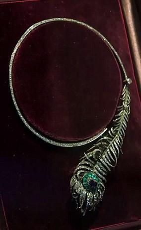 Vòng cổ kim cương hình lông công cổ điển trị giá gần 20 tỷ đồng.