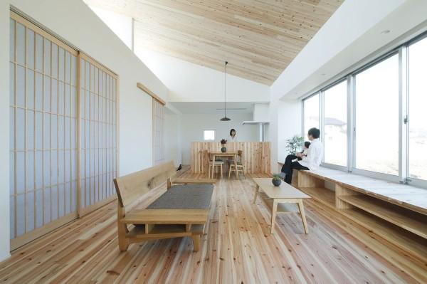 Nhờ thiết kế không gian mở giữa phòng khách và bếp khiến cho ngôi nhà thêm rộng rãi. Mọi thành viên trong gia đình cũng thêm gắn kết hơn.