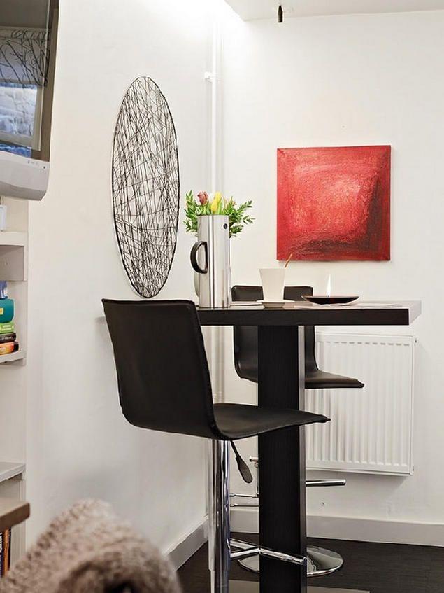 Khu vực bàn ăn ấn tượng với những bức trang treo tường màu sắc giúp không gian bừng sức sống.
