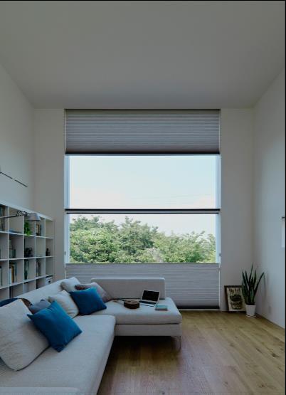 Từ khung cửa kính này chủ nhà có thể thỏa sức ngắm nhìn cảnh đẹp của thành phố Yokohama.