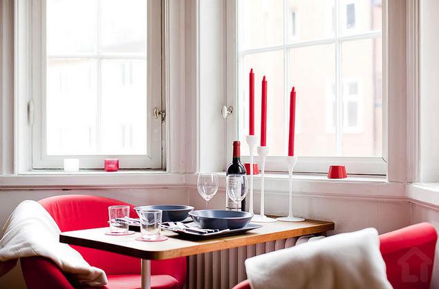 Một không gian đầy lãng mạn và thư thái cho chủ nhà với những chiếc nến đỏ và bộ bàn ghế cách điệu.