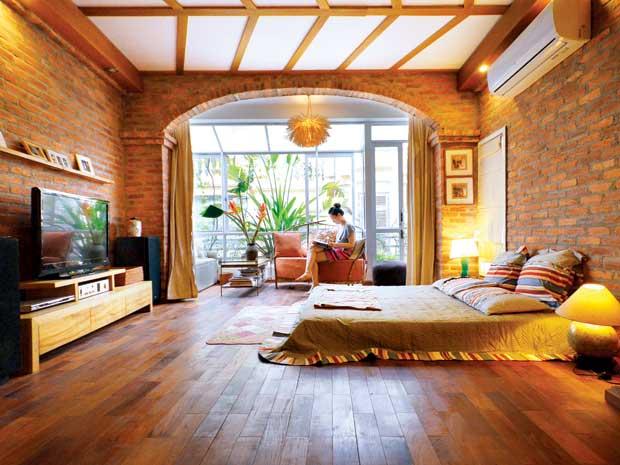 Bức tường gạch thô trong căn phòng thể hiện sự mộc mạc, một cảm giác dễ chịu, ấm áp không phai nhạt theo thời gian.