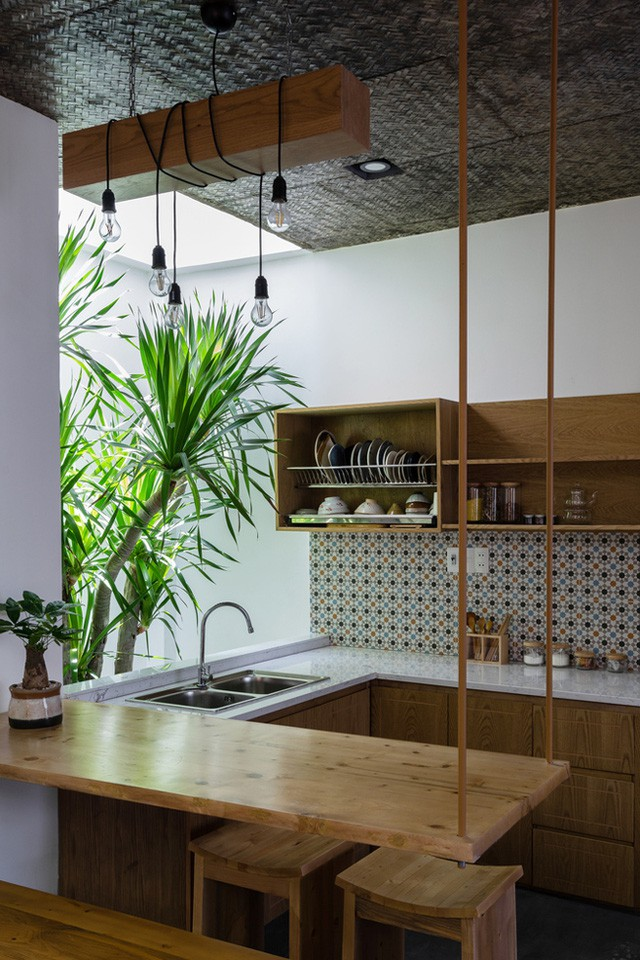 Khu vực bếp ăn được chủ nhà bố trí gọn gàng ngăn nắp và nổi bật với bức tường bếp cùng tông màu với nên nhà phòng khách.