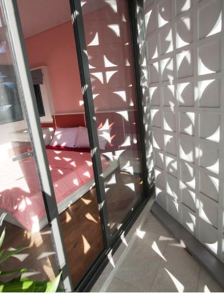 Bức tường đặc biệt vừa có chức năng cách nhiệt nhưng vẫn tạo độ thông thoáng mà thẫm mỹ cho không gian.