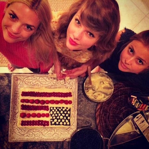 Taylor Swift vốn có sở thích làm bánh. Đây là số tiền bạn phải chi nếu muốn có một buổi tối vui vẻ cùng hội bạn của cô nàng trong nhà bếp