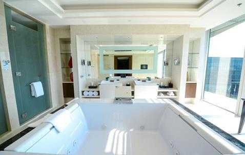 Phòng tắm rộng với hai buồng tắm lớn.