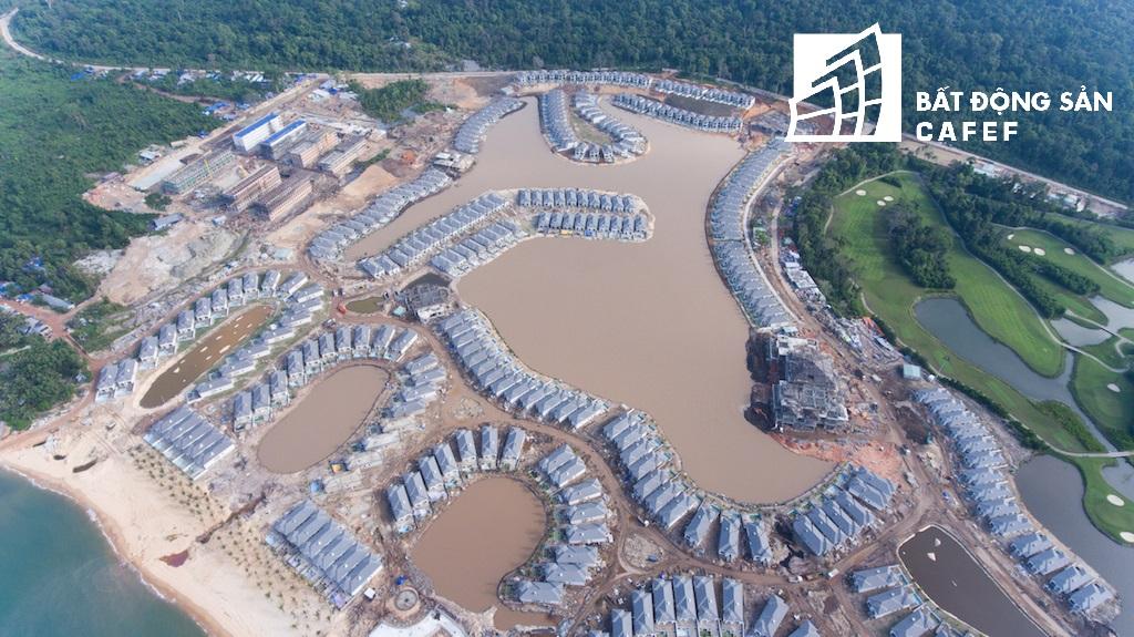 Cũng giống với khu Phú Quốc 3, Phú Quốc 4 nằm trải dài trên bãi Dài -xã Gành Dầu – huyện Phú Quốc – tỉnh Kiên Giang, bao gồm 332 căn biệt thự biển.