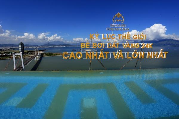 Bể bơi được thiết kế ba cạnh có nước chảy tràn qua, tạo cảm giác vô cực.