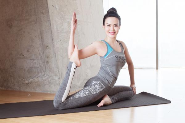 Hoa hậu Thu Thủy luyện tập yoga như một cách chăm sóc và yêu thương bản thân trọn vẹn nhất.