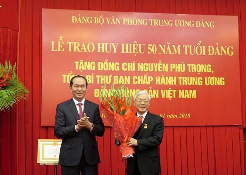 Tổng Bí thư Nguyễn Phú Trọng nhận Huy hiệu 50 năm tuổi Đảng - Ảnh 2.