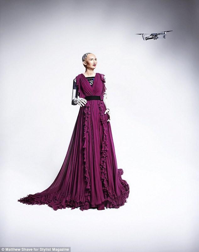 Robot Sophia xuất hiện trên bìa tạp chí thời trang Anh: Chúng tôi thấy sợ hãi - Ảnh 4.