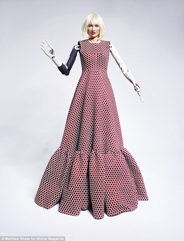 Robot Sophia xuất hiện trên bìa tạp chí thời trang Anh: Chúng tôi thấy sợ hãi - Ảnh 5.