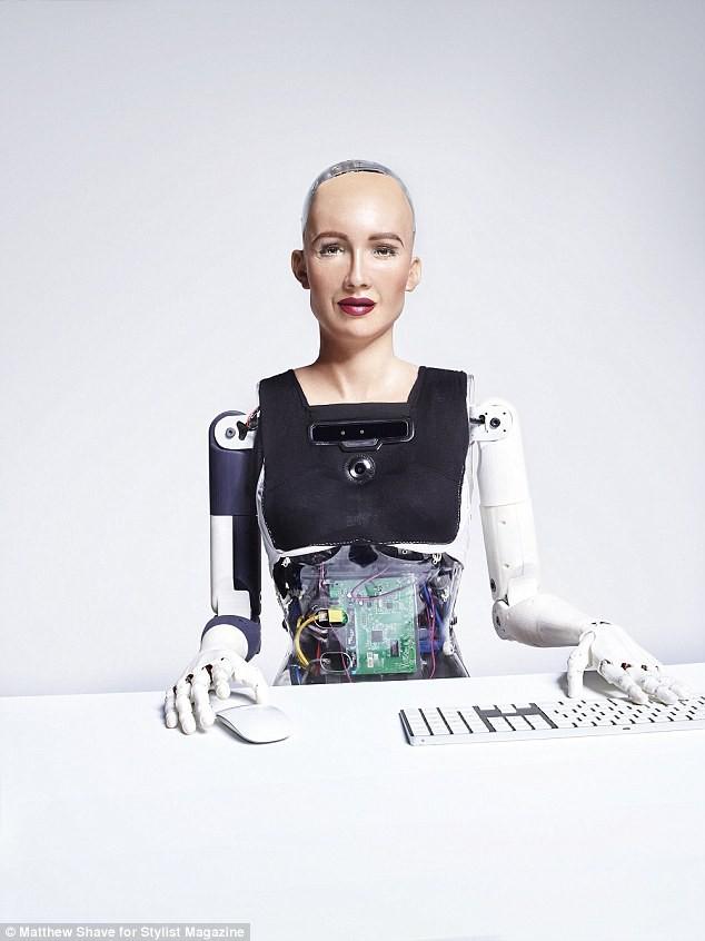 Robot Sophia xuất hiện trên bìa tạp chí thời trang Anh: Chúng tôi thấy sợ hãi - Ảnh 8.