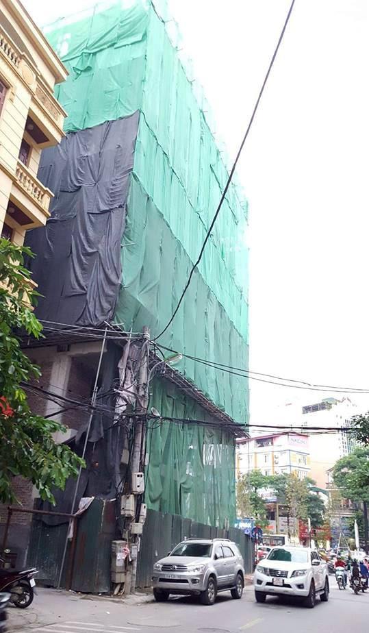 Hà Nội: Thanh sắt từ công trình xây dựng rơi xuống đâm thủng ô tô 7 chỗ - Ảnh 4.
