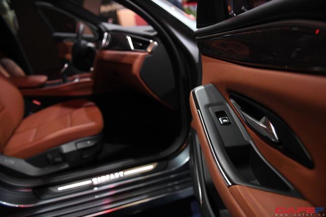 HOT: Cận cảnh chi tiết ngoại - nội thất của 2 mẫu xe VinFast LUX A2.0 vừa ra mắt hoành tráng tại Paris Motor Show 2018 - Ảnh 13.