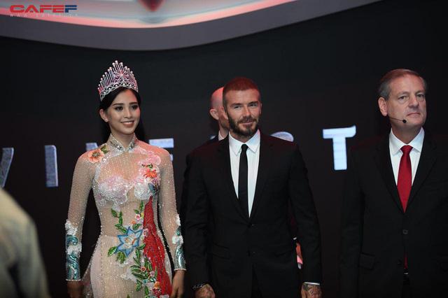 Khoảnh khắc Hoa hậu Trần Tiểu Vy rạng rỡ, tự tin bắt tay David Beckham tại sự kiện ra mắt VinFast - Ảnh 1.